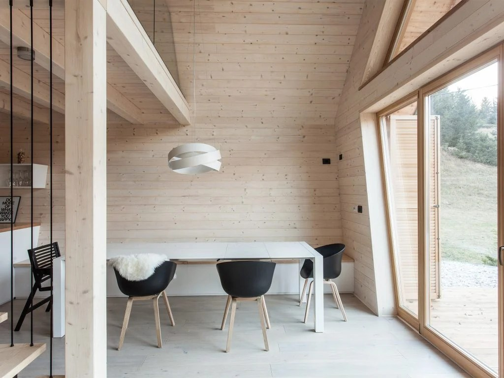 Una facciata in pietra può nascondere un interno rustico, ma anche. Costruire E Vivere In Una Casa In Legno