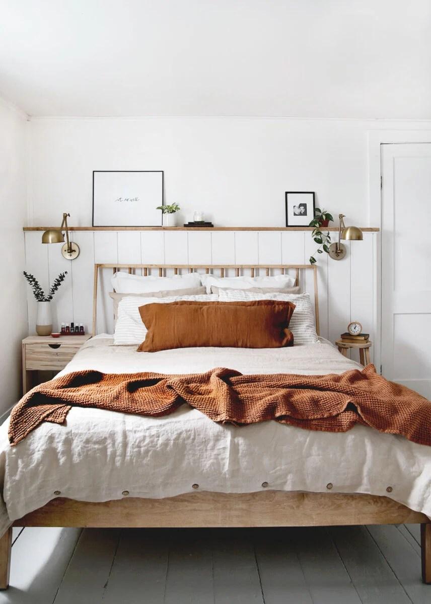 Non cambierei neanche il rivestimento del letto, ti propongo una soluzione alternativa: 6 Trucchi Geniali Per Arredare La Camera Da Letto