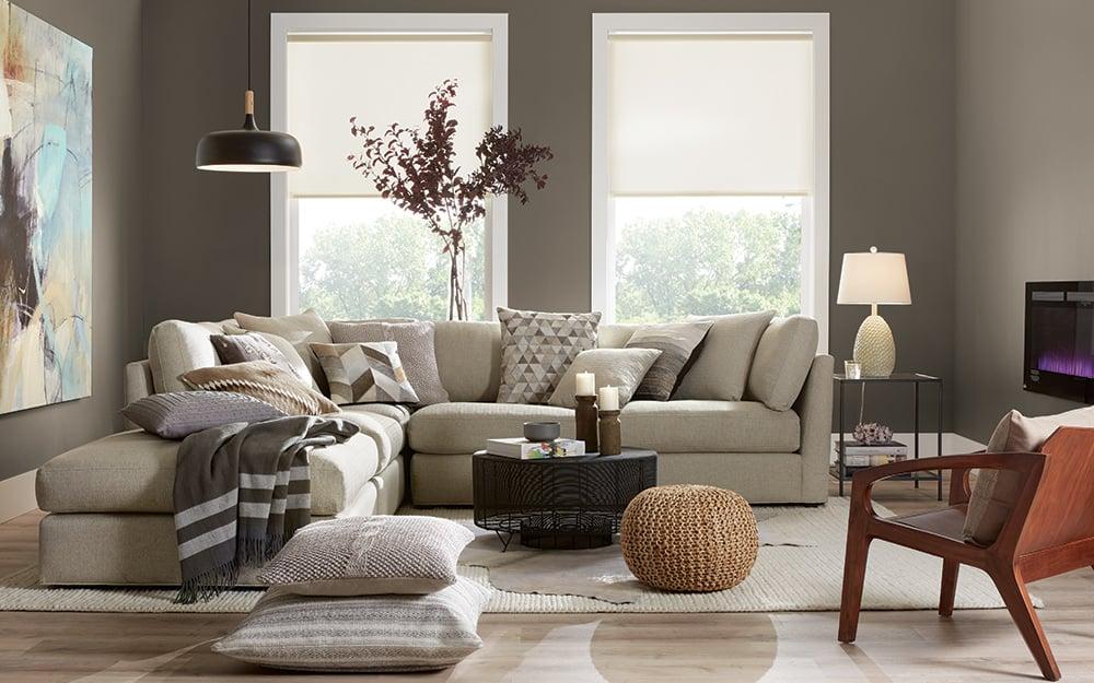Tonalità come il porpora, il rosso o il grigio tortora sono indicate per lo stile moderno di un soggiorno. Quale Parete Del Soggiorno Dipingere Piu Chiara