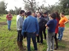 """lo studioso americano parla con i giornalisti, arrivati in contrada """"La Castellana"""" tra Gallipoli, Alezio e Matino"""