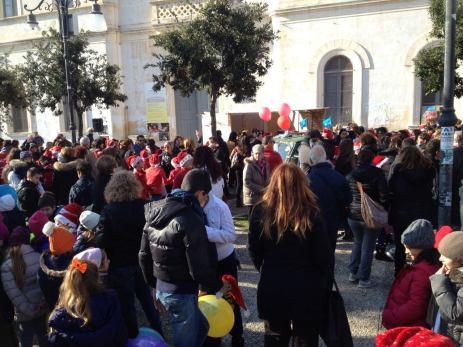 piazza Carducci affollata da genitori, bambini, docenti