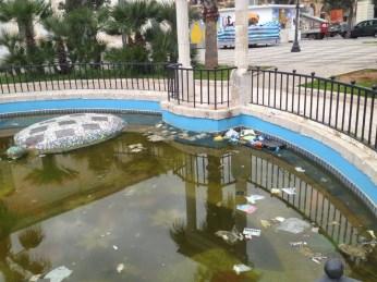 QUESTO NON VA BENE: rifiuti e acqua gialla nella fontana di Piazza Carducci