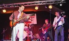 """UGENTO - LA COMPAGNIA DI BATTISTI. La Compagnia Battisti vince il """"Sanremo doc 2013"""" e a Ugento è festa. A loro la Targa Facebook con 2.053 voti. Un bel traguardo per Marco Catino, cantante, Andrea Catino, tastierista, Stefano De Lorenzis, chitarrista, Giorgio De Nigris, bassista, Thomas Culiersi, batterista. Loro ispiratore è ovviamente Lucio Battisti. Il loro esordio originale è invece """"Vicini e lontani""""."""