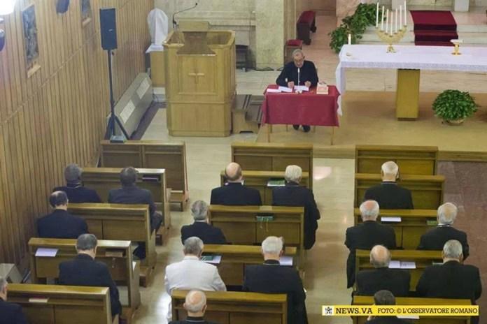 papa Francesco, seduto tra i prelati, ascolta gli esercizi spirituali predicati da monsignor Angelo De Donatis - casarano