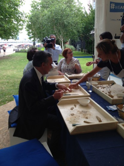 Pasquale Terracciano, ambasciatore italiano a Londra, che fa le orecchiette nel villaggio Puglia