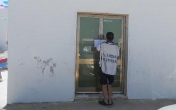 Nella foto fornita dalla Guardia costiera di Gallipoli - il sequestro della struttura abusiva