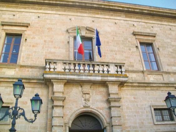 Il Comune di Casarano. A lato gli ultimi tre sindaci della città: dall'alto Gianni Stèfano, in carica da maggio 2012, Ivan De Masi, dal 2009 al 2011, e Remigio Venuti, dal 1999 al 2009
