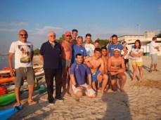 Sulla spiaggia in Mar Grande foto di gruppo con Roberto, Nicola e il Presidente del CONI di Taranto