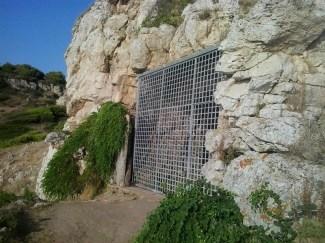 L'ingresso della Grotta del Cavallo a Portoselvaggio