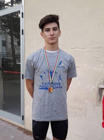 L'under 18 Niccolò Molle che corre con l'Atletico Montefusco di Lecce
