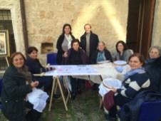 Un gruppo di ricamatrici nel centro storico con Osvaldo Bevilacqua