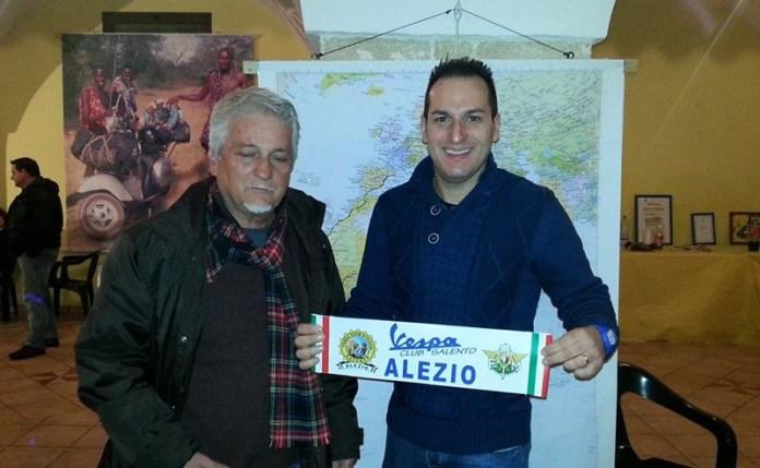 Da sinistra Stefano Medvedich ed il presidente del Vespa club alezio Antonio Magagnino