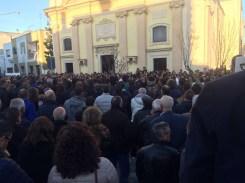 In tanti fuori dalla chiesa di San Quintino