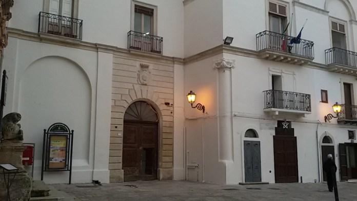 La nuova facciata del Comune in piazza Costadura