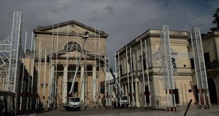 Nuovo allestimento per le luminarie di piazza San Vincenzo, in vista dei festeggiamenti civili e religiosi dedicati ai Santi Medici, dal 25 al 28 settembre prossimi