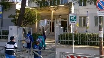 """Il segnale """"Dae"""" indica la presenza del defibrillatore nella scuola di via Amalfi"""