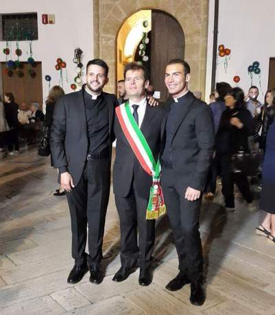 Il sindaco Giuseppe Tanisi con Simone Napoli e Don Luigi Previtero