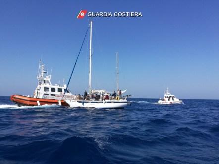 Migranti soccorsi al largo di Leuca (1)