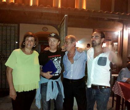 Al centro Dodi Battaglia con la targa ricordo e Tonino Cataldi