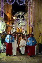 Santi Medici - la processione - al centro mons. Piero De Santis