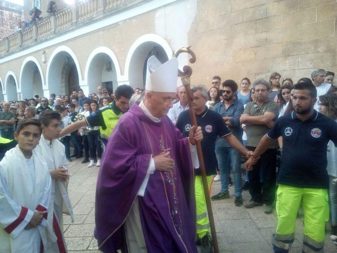 Il vescovo Angiuli a Specchia il giorno dei funerali di Noemi