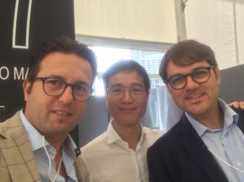 da sin. Graziano Maggio, un cliente cinese e Fausto De Marco (Confartigianato Lecce)