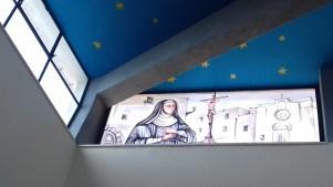 La vetrata nella chiesa parrocchiale dedicata a suor Chiara