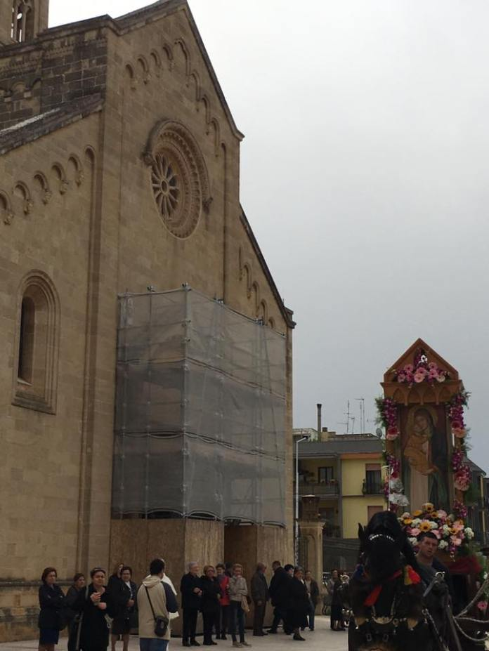 La processione con il monolito