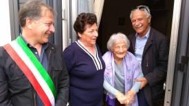 Il sindaco Luigi Arcuti con Giustina Giaracuni e i suoi familiari