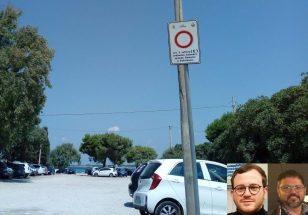 Parcheggi irregolari a Sant'Isidoro (nel riquadro i consiglieri Siciliano a sinistra e Verardi a destra)