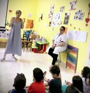 """Un momento del laboratorio """"Piccoli angeli"""": i ragazzi con Maria Pia Scalzo (in piedi) e Sonia Primogeri (seduta)"""