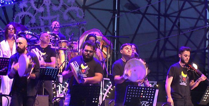 Alcuni musicisti dellOrchestra popolare Notte della Taranta (foto di Tommaso De Nuzzo)