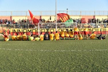 i giocatori del Gallipoli ringraziano i tifosi dopo la vittoria col Fasano