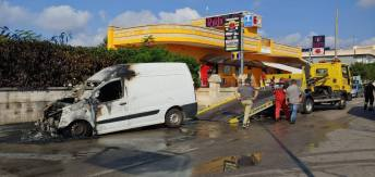 Gagliano del capo, furgoncino in fiamme (2)