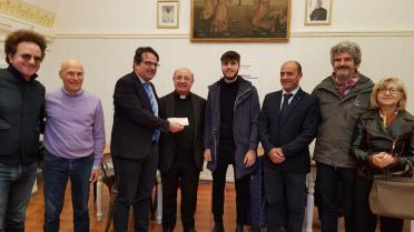 La consegna dell'assegno a don Giuliano Santantonio