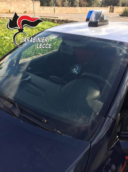 L'auto dei carabinieri danneggiata dall'uomo