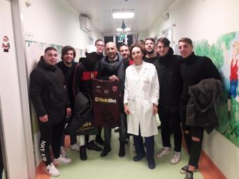 Al centro il tecnico Taurino, con la maglia del Nardò, e la dottoressa Quarta