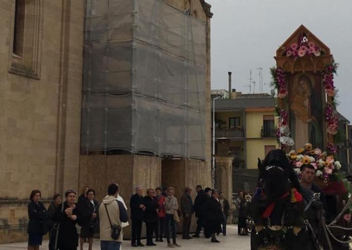 La processione con-il Monolito pellegrino