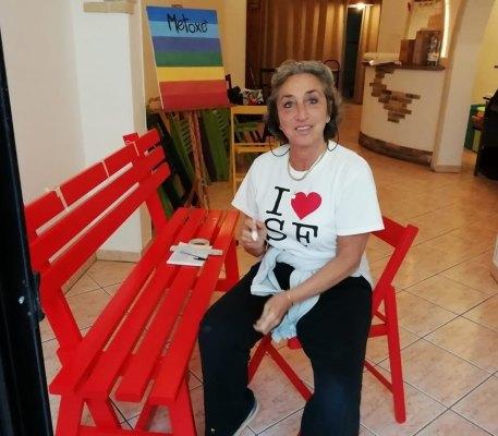 L'artista Stefania Ciccarelli decora la panchina rossa di Sannicola