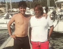 Riccardo Scamarcio (a sinistra) nel porto turistico