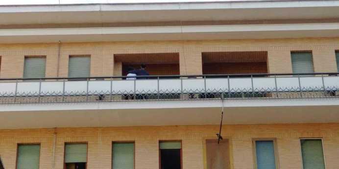 L'uomo sul terrazzino dell'ospedale (foto Lorenzo Zito)