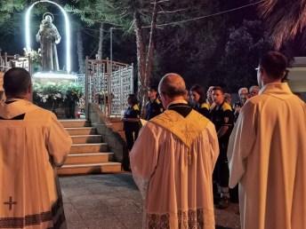 Un momento di preghiera davanti alla statua di San Pio
