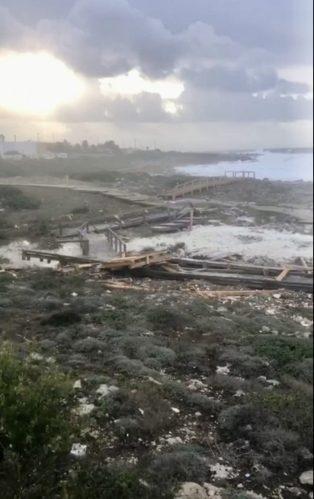 La passerella nella marina di Alliste danneggiata dal maltempo