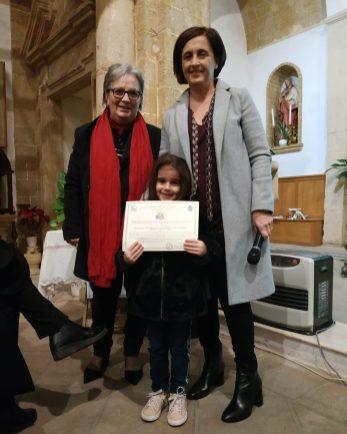 Lucia Fiammata consegna il premio per il presepe della scuola dell'infanzia di Gallipoli alla docente Maria Grazia Russo