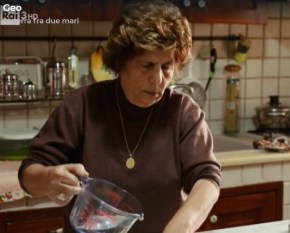 La signora Ada in cucina