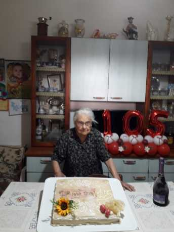 Nonna Domenica davanti alla torta