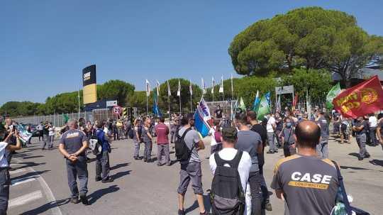Operai in sciopero davanti allo stabilimento leccese di Fiat CnhI