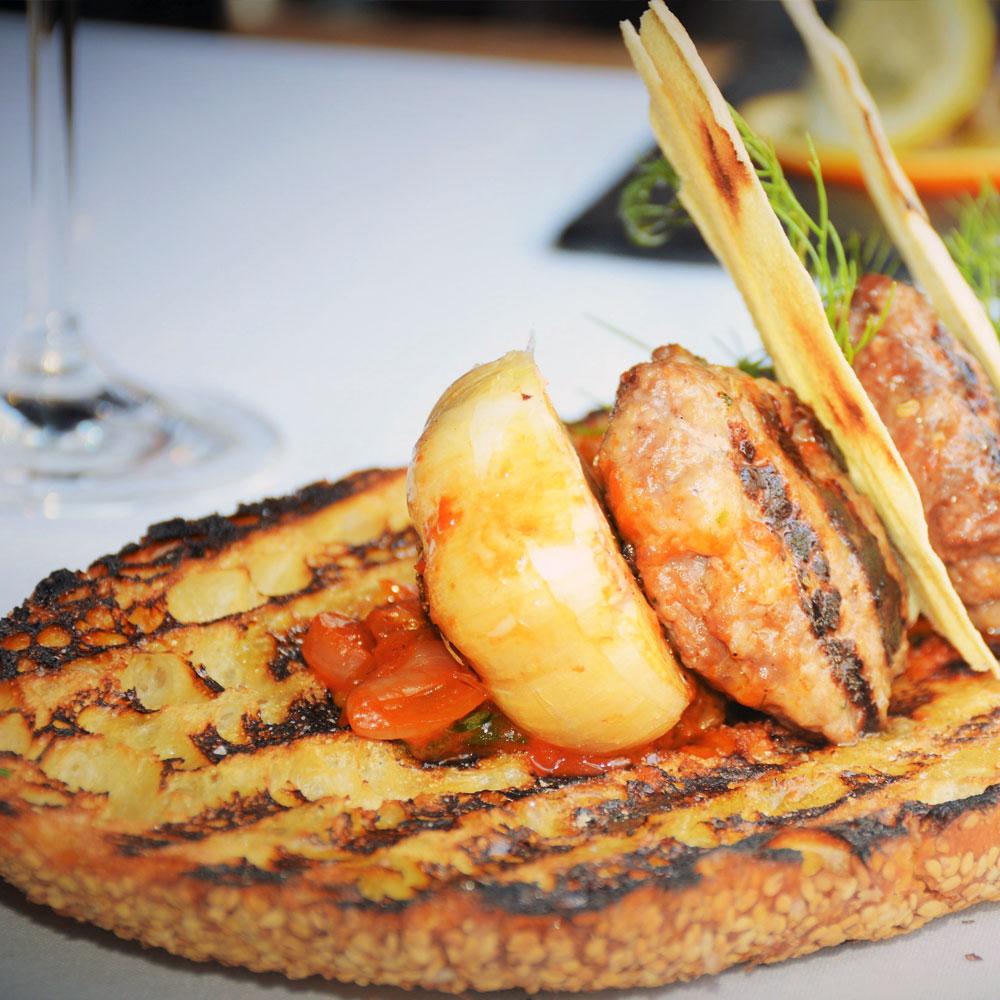Piatto di pane con polpettine di carne e caponata  Piccola Cucina  New York Ibiza