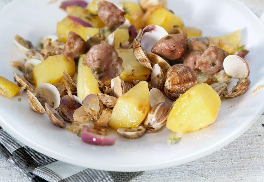 Vongole patate e salsicce