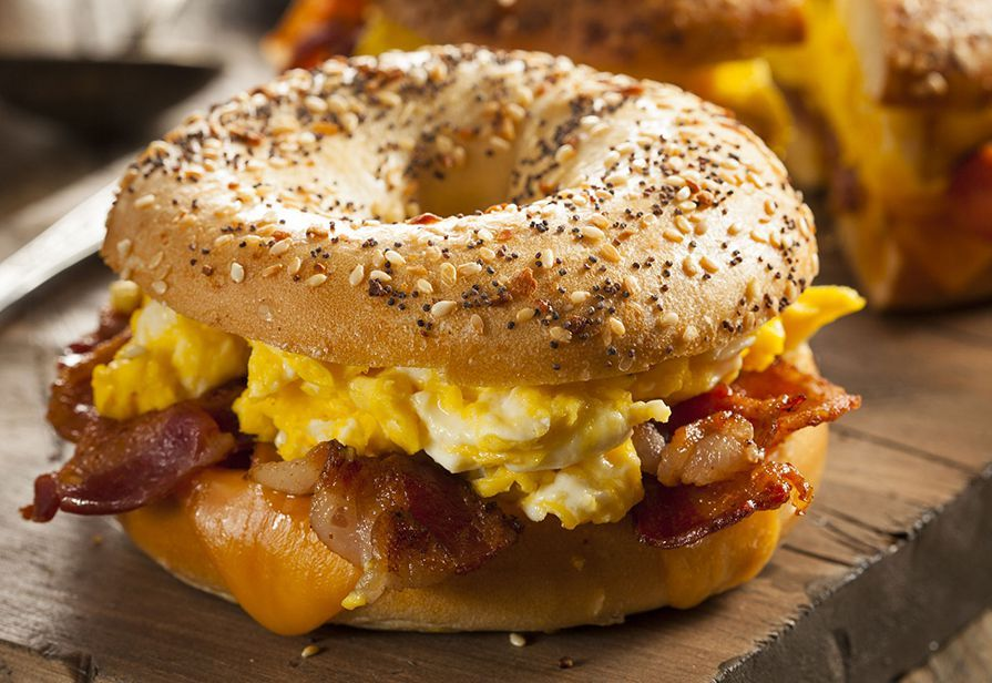 Bagel con uova e bacon